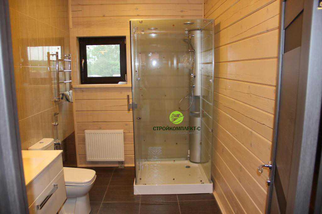 Вид ванной комнаты изнутри в доме из профилированного бруса, фото с объекта